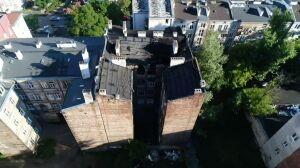 """""""Ogromna dziura w dachu"""". Zawalona kamienica z drona"""