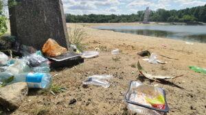 Plaża nad zalewem jak wysypisko śmieci