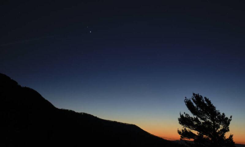 Saturn i Jowisz po zachodzie słońca w Parku Narodowym Shenandoah (NASA / Bill Ingalls)