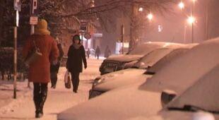 Wieczorne i nocne opady śniegu w Katowicach, Ostródzie i Warszawie (TVN24)